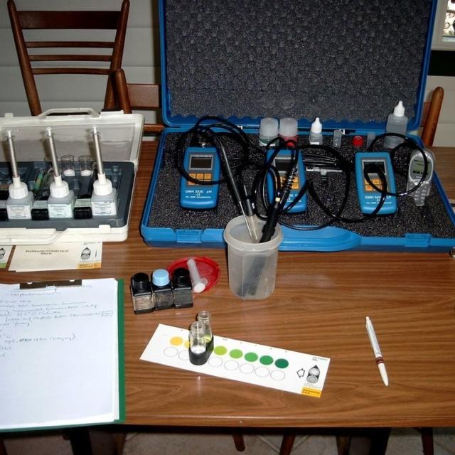 Arbeiten sowohl im Büro als auch direkt am Wasser ... z.B. Gewässeranalysen ... mit Unterstützung